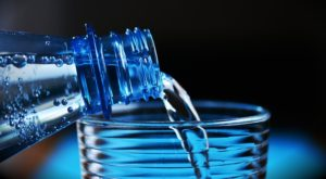 bouteille d'eau et déshydratation chronique