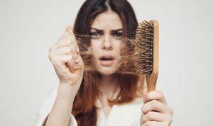 une femme qui perd ses cheveux automne
